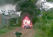 """TPHCM: """"Xế hộp"""" cháy như phim hành động, 4 người thoát chết"""