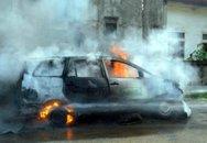 Xe taxi bốc cháy dữ dội, 9 người thoát chết trong gang tấc