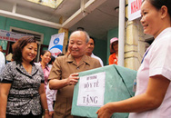 Bộ trưởng Nguyễn Quốc Triệu thăm và tặng quà cho bệnh nhân vùng lũ Quảng Bình