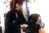 Đeo mặt nạ phòng độc ngồi ép tóc