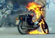 """""""Phi công trẻ"""" ghen tuông tự đốt xe"""