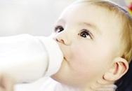 Bú bình sữa nhựa PC: Trẻ dễ bị đần độn