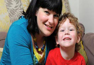 Bé 1 tuổi giúp mẹ thoát ung thư