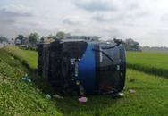 36 du khách thoát chết khi xe lật xuống ruộng