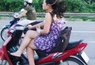 Lộ diện cô gái vắt chân đi xe máy