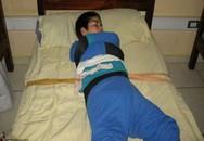 Hàng chục trẻ em bị bỏ đói và bị trói khi ngủ