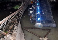 Sập cầu, xe chở 40tấn gạo đổ nhào xuống sông