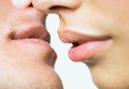 """Bi hài chuyện """"tóm cổ"""" chồng bắt… hôn"""