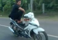 Đứng trên yên chạy xe máy vun vút