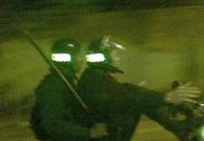 Mặc quân phục cảnh sát cơ động lái xe máy bằng chân