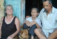 Bà Tây theo chồng về Việt Nam cuốc đất