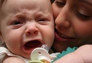 Giải cứu bé khóc vì... 'vía nặng'
