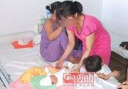 Cha mẹ gạt nước mắt nhìn con gái 12 tuổi sinh em bé
