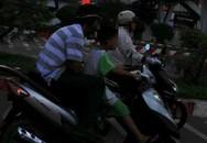 """Bé trai """"sành điệu"""" lái xe ga trên phố"""