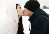 Thủy Tiên - Công Vinh ôm hôn nhau say đắm giữa tuyết trắng