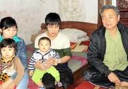 Hàng trăm lá đơn của người cha già đi tìm công lý cho con: Sự đau xót của người cha trước đứa con bị đánh thành tật