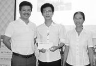 Báo GĐ&XH tặng quà cho 2 thí sinh vượt khó học giỏi