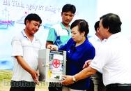 Bộ trưởng Bộ Y tế trao tặng tủ thuốc cho ngư dân Hà Tĩnh