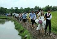 Xôn xao vì cô dâu chú rể lội bùn trong ngày cưới