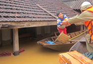 Nước lũ chạm mái nhà, dân Hà Tĩnh đói rét