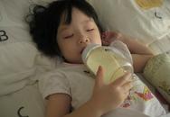 Không nên cho bé bú bình khi ngủ