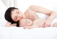 Ngủ chung với con: 14 lưu ý để bé không bị đột tử