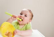 10 mẹo giúp mẹ tập cho bé tự xúc ăn bằng thìa