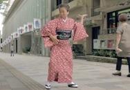 Cụ bà mặc kimono nhảy điêu luyện giữa đường