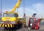 Xe tải lật, tài xế đập cửa kính thoát thân