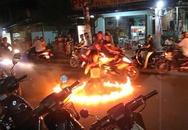 'Thiếu nữ' cởi áo múa lửa giữa đường bán kẹo kéo