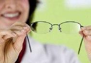 Làm sạch tròng kính bằng kem đánh răng