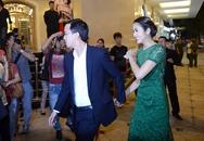 Vợ chồng Hà Tăng nắm tay tình cảm
