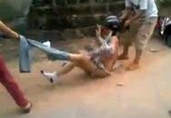 Một cô gái bị lột hết quần áo, quay clip giữa đường