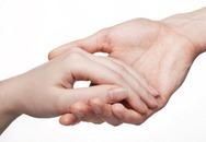 """Nhìn bàn tay biết chuyện """"yêu"""" của nàng"""