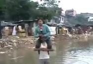 Phóng viên bị chỉ trích vì ngồi trên vai người dân vùng lụt để đưa tin
