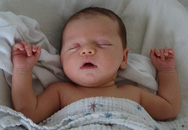 Chịu tiếng mẹ 'ác' để bé ngủ ngon