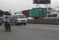 Phụ nữ khỏa thân gây hỗn loạn giao thông trên xa lộ Hà Nội