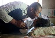 Tình yêu của người con trai 70 tuổi dành cho mẹ bại liệt