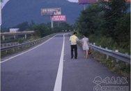 Giận chồng ngoại tình, vợ xả tiền đầy đường cao tốc