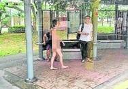 Người phụ nữ khỏa thân tung tăng đi lên xe buýt