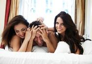 Hai chị em họ thay nhau ngủ với anh