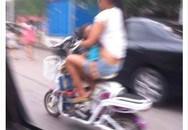 Sốc với bà mẹ trẻ vừa đi xe đạp vừa cho con bú