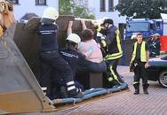 Cận cảnh dùng máy xúc giải cứu... người đàn ông nặng 400kg