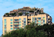 """Cận cảnh núi """"mọc"""" trên nóc tòa nhà cao 26 tầng"""