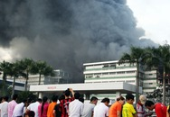 Công ty giày Pou - Yuen chìm trong khói lửa