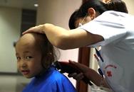 """Cảm động """"dịch vụ cắt tóc"""" đặc biệt cho bệnh nhân ung thư"""
