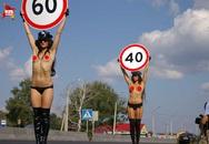 Hai cô gái Nga ngực trần trên phố