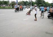 Hàng chục người ngăn cản một phụ nữ lao đầu vào xe tải
