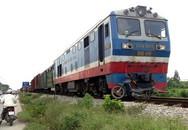 Hà Nội: Băng qua đường sắt, 2 người bị tàu tông nguy kịch