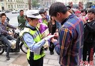 Nữ cảnh sát xinh đẹp được cầu hôn giữa phố
